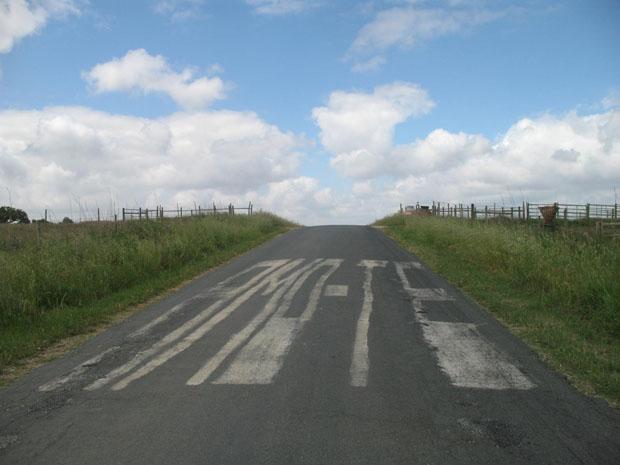 Inscrição na estrada entre Viana do Alentejo e Aguiar.