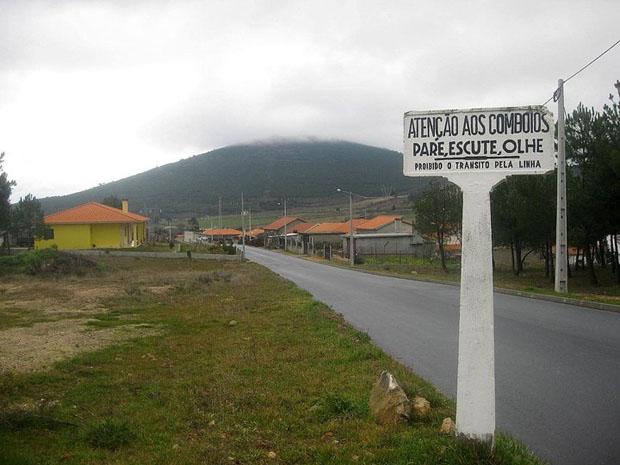 Placa da antiga linha de caminho de ferro do Sabor entre Torre de Moncorvo e Carviçais.