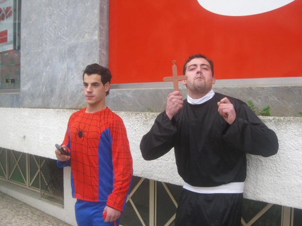 Entre o Homem-Aranha e a cruz: Carnaval em Macedo de Cavaleiros.