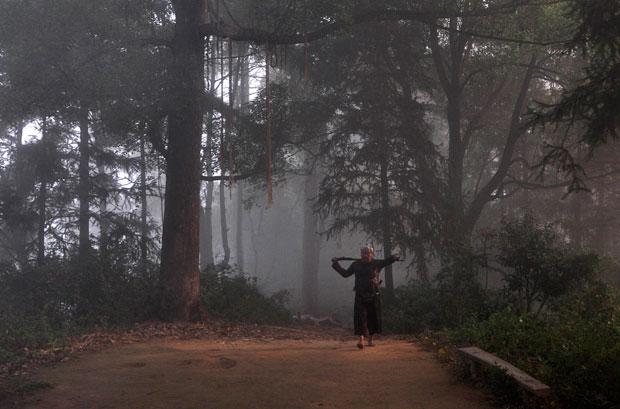 China | Uma imagem que parece vinda de um passado distante mas que tem apenas alguns dias. Um cidadão chinês da minoria étnica Miao, com a sua arma ao ombro, caminha pelos bosques numa manhã de nevoeiro. Em Basha, Congjiang (província de Guizhou).