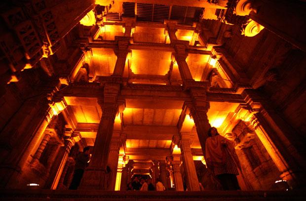 Índia, 19.11.2011 | Turistas no iluminado Adalaj Vav, um complexo octogonal, do séc. XV: é um reservatório em cinco níveis, um poço em escadaria. Em Ahmedabad.