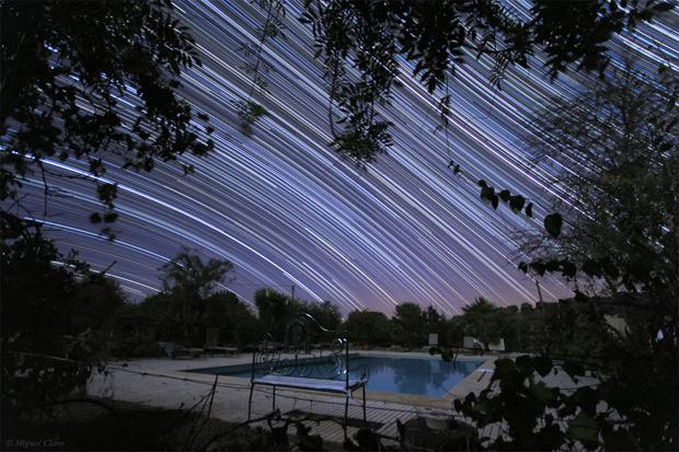Imagem do rasto de estrelas obtido no Alentejo (Vila Boim, Elvas), numa longa exposição de 5h. Imagem obtida na região sudoeste do céu. Soma de 550 imagens (23h31 a 04h33 de 19/09/2011). Cada imagem tem 30 segundos, totalizando uma integração de 275 minutos. Na imagem à esquerda, o rasto mais evidente é da estrela Fomalhaut, da constelação Piscis Austrinus. é ainda possível ver rastos de outras constelações como: Aquila, Scutum, Sagittarius, Scutum, Aquarius, Capricornus, Microscopium, Ophiuchus.