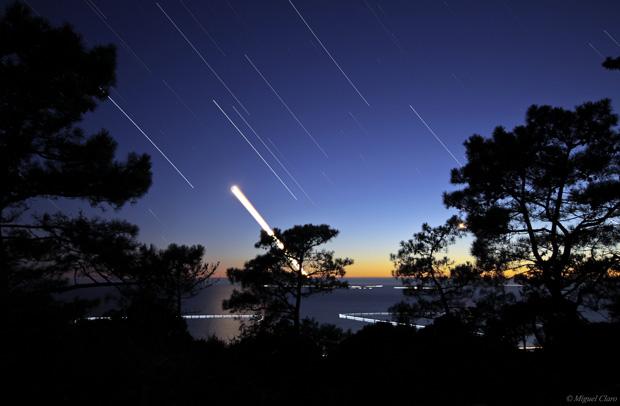 Rasto da Lua e do planeta Saturno a pôr-se na região do Oceano Atlântico. Imagem obtida na Fonte da Telha em 03/08/2011 entre as 21h38 e as 22h42. Soma de 331 imagens cada uma de 10 segundos, totalizando uma integração de 55 minutos. São visiveis diversas estrelas como Spica, Porrima, Denebola, Vindemiatrix, Alula Australis e Borealis e o Planeta Saturno.