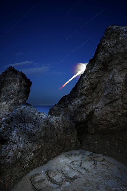Eclipse total da Lua, visto a partir do Portinho da Arrábida. Em Portugal, a lua já nasceu eclipsada e na fase da totalidade, sendo possível ver a mudança de tom no rasto à medida que a Lua sai do cone de sombra da Terra, até ao término do Eclipse.