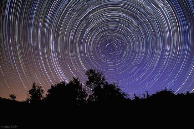 Rotação das estrelas que circundam a região da estrela polar. No Alentejo (Vila Boim, Elvas) em 1/07/2011 ( 00h53 a 04h41). Soma de 420 imagens cada uma de 30 segundos, totalizando uma integração de 3h30 minutos. São visíveis as distintas cores das estrelas de várias constelações tais como: Ursa Menor, Ursa Maior, Canes Venatici, Draco, Cepheus, Camelopardalis e ainda de Cassiopeia.