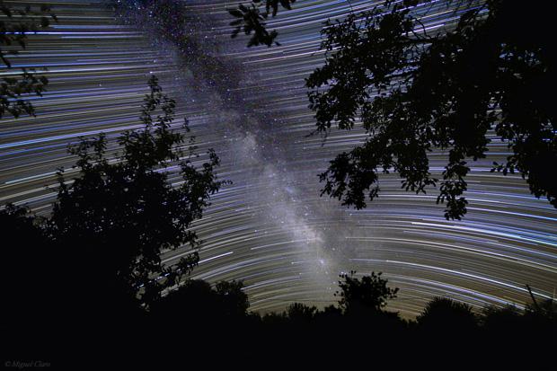 Via Láctea vista no Alentejo, em Vila Boim, Elvas. A imagem foi obtida na região sul do céu. Ao centro, a Via láctea e simultaneamente o rasto das estrelas que a compõem, descrevendo o movimento da esfera celeste ao longo da noite. Vêem-se diversas constelações como: Lyra, Aquila, Scutum, Sagittarius, Scorpius, Aquarius, Capricornus.