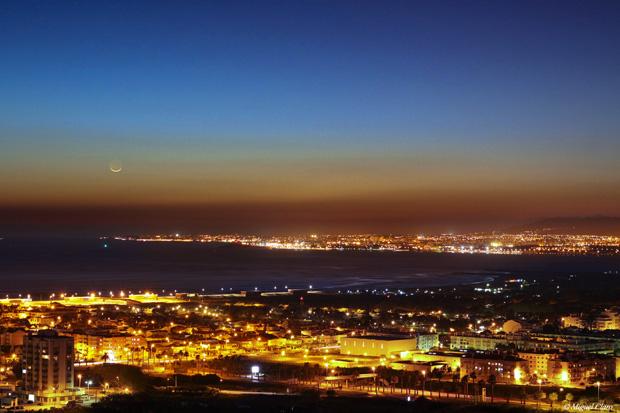 Lua Crescente com o disco apenas 1% iluminado. Imagem obtida nos Capuchos, Almada. É possível ver ainda a Costa da Caparica e parte de Lisboa e o Atlântico.