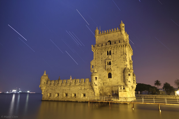 Sirius e a constelação de Orion por detrás da Torre de Belém, em Lisboa. Noite de Lua Cheia, a 20/1/2011 entre as 01h47 e as 02h20.
