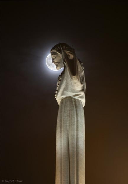 Lua Cheia por trás do Cristo Redentor em Almada.