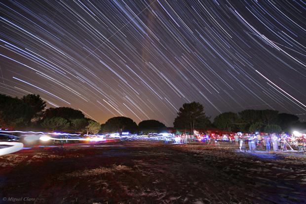 """Rasto das estrelas obtido perto da Lagoa de Albufeira, numa """"Star Party"""" em 11/09/2010 entre as 21h42 e a 23h01. Soma de 146 imagens cada uma de 30 segundos, totalizando uma integração de 73 minutos."""