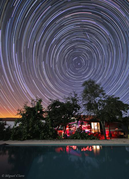 Rotação das estrelas que circundam a região da estrela polar. No Alentejo, em 19/07/2010 (23h32 a 02h31). Soma de 328 imagens cada uma de 30 segundos, totalizando uma integração de 2h44 minutos. São visíveis várias estrelas das constelações da Ursa Menor, Ursa Maior, Draco e Cepheus.