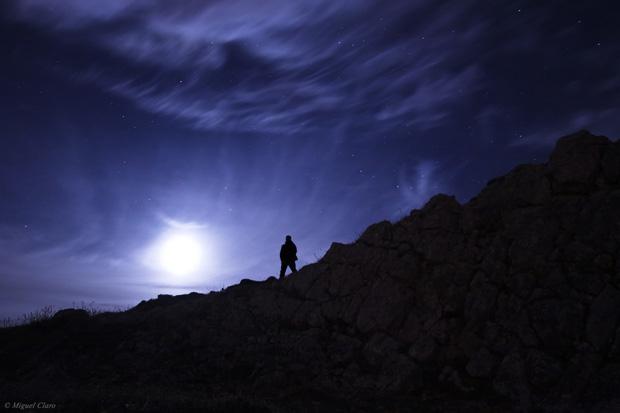 Luar numa noite estrelada e simultaneamente enevoada. Na zona rochosa do Cabo Espichel a 168m de altitude.