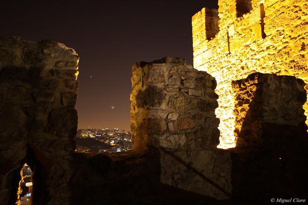 """Imagens obtidas nas muralhas do Castelo de São Jorge, vendo-se Lisboa. No céu, pode ser apreciado um """"Earthshine"""" lunar numa conjunção entre Vénus e a Lua."""