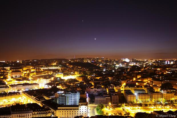 """Imagens obtidas nas muralhas do Castelo de São Jorge, apanhando parte da cidade e baixa de Lisboa. No céu, pode ser apreciado um """"Earthshine"""" lunar numa conjunção entre Vénus e a Lua-"""