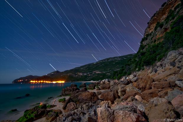 Imagem do movimento das estrelas registado ao longo da noite com a lua cheia a iluminar o céu a sudeste, São visíveis várias estrelas: Sirius, Betelgeuse, Castor, Pollux, Alphard, Alhena, Menkalinan, Alnath...etc.