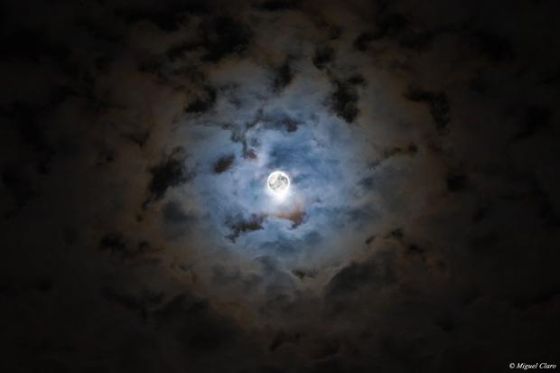 """Halo Lunar difuso: Imagem de um halo lunar provocado devido à presença de cristais de gelo na atmosfera, que refractam a luz da Lua. Imagem obtida na noite de """"Halloween""""."""