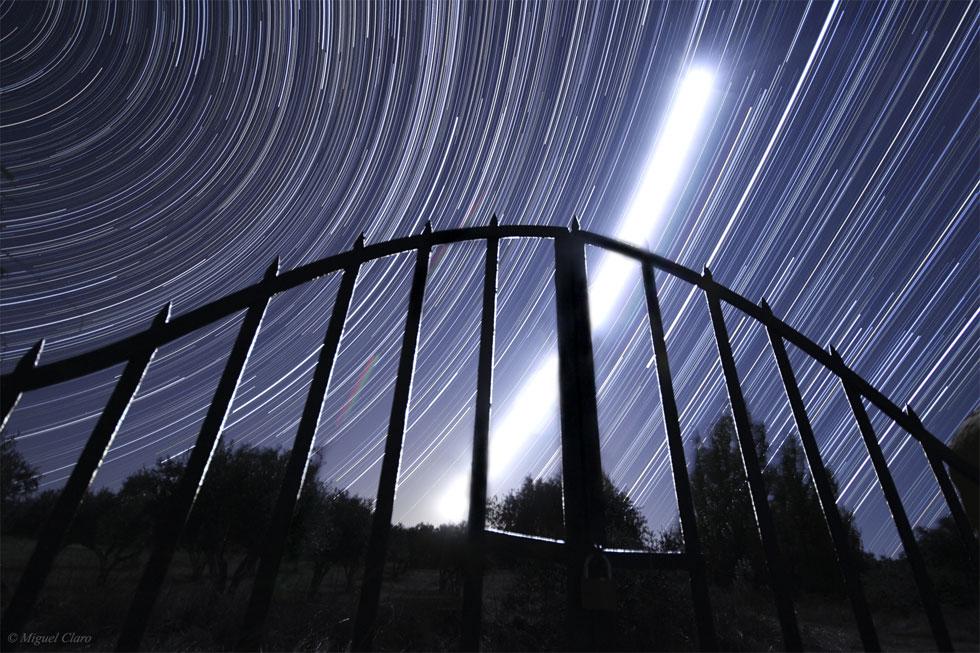 Rasto da Lua (no Alentejo, Vila Boim, Elvas) numa longa exposição de 4h. Vê-se o forte rasto da Lua em quarto minguante e logo abaixo desta, no canto superior, o rasto do planeta Júpiter. No canto inferior direito são visíveis as estrelas de Orion. Em geral, são visíveis as constelações de: Andromeda, Perseus, Triangulum, Aries, Camelopardalis, Gemini, Auriga, Taurus e o rasto do planeta Marte, que se mistura no intenso brilho deixado pelo rasto da lua.
