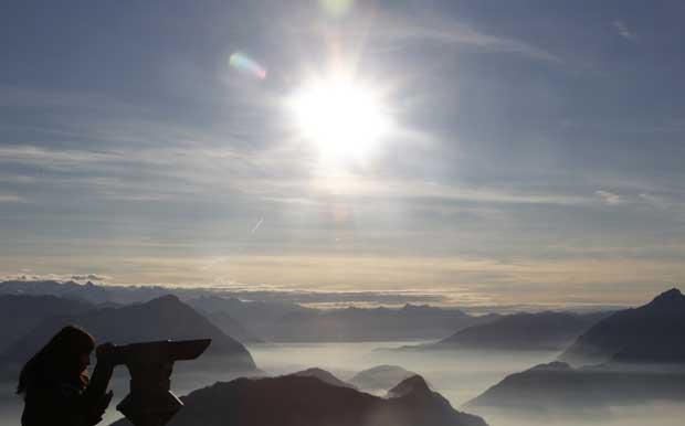 Suíça, 21.11.2011 |  Uma turista espreita a vista dos Alpes suíços no Monte Rigi (1,797m), perto do Lago Lucerna.