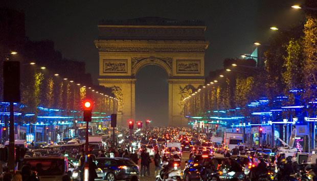 França, 23.11.2011 | Luzes ecológicas na decoração natalícia das árvores dos Campos Elísios, Paris.