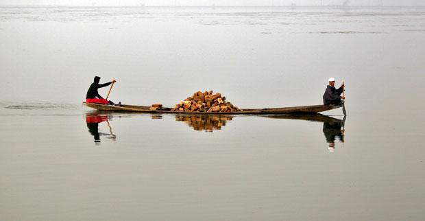 Caxemira, 22.11.2011 | Barco de tijolos a navegar pelo lago Dal, em Srinagar.
