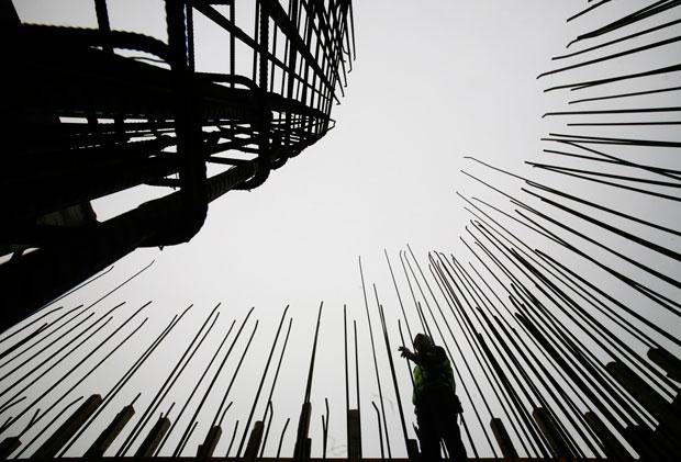 Kosovo, 24.11.2011 | Um trabalhador entre a construção de uma catedral católica, em Pristina. A nova catedral será o mais alto edifício da capital do Kosovo e poderá acomodar 2000 crentes.