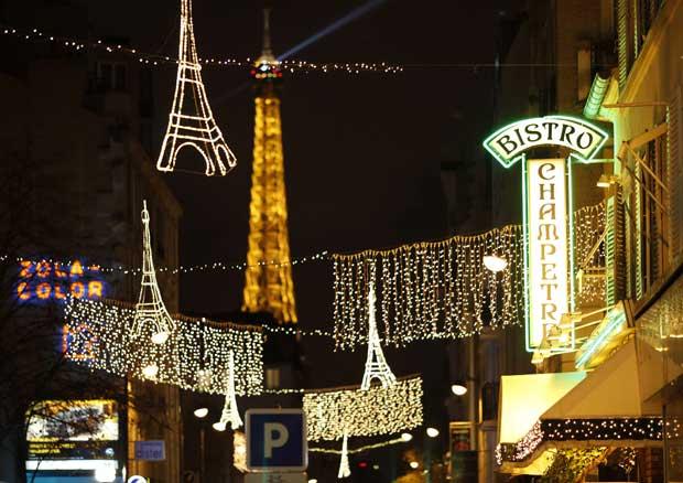 França, 27.11.2011 | Um verdadeiro postal de como se mostra por estes dias a Rue Saint Charles de Paris iluminada pelo espírito natalício e luzes em forma da torre Eiffel (a verdadeira vê-se ao fundo).
