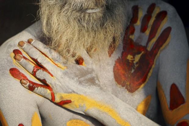 """Um """"homem santo"""" do hinduísmo no templo Pashupati, em Katmandu, em preparação para o Shivaratri, o maior dos festivais hindus dedicados a Shiva. Fumar marijuana, rezar e pintar os corpos com cinzas faz parte dos rituais. Fevereiro/2011."""