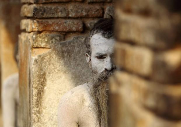 """Um """"homem santo"""" do hinduísmo espreita desde o seu ashram (eremitério) no templo Pashupati, em Katmandu. Fevereiro/2011."""