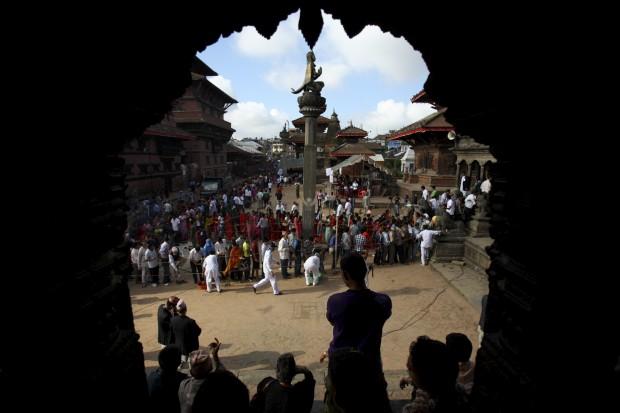 Devotos aguardam em frente ao templo Krishna, durante o festival Krishna Janmashtami, que marca o nascimento do deus. Agosto/2011.