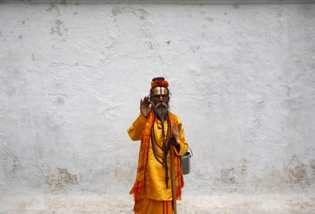 """Um Sadhu, """"homem santo"""" hindu, posa para a fotografia durante o festival de Indra Jatra."""
