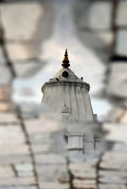 Um temple reflectido numa poça após noite de chuva em Katmandu. Março, 2011.
