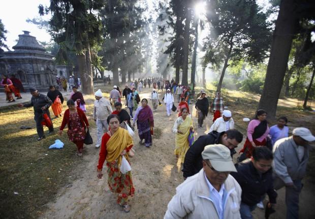 Devotos do festival Bala Chaturdashi, onde os crentes espalham sete tipos de grãos, os