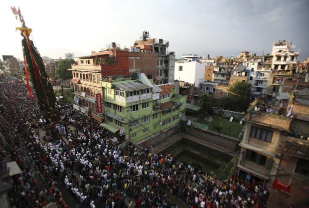 O carro triunfal de Machindranath é puxada pelas ruas de Lalitpur. Maio, 2011. Durante todo o mês do festival pede-se chuva e colheitas abundantes.