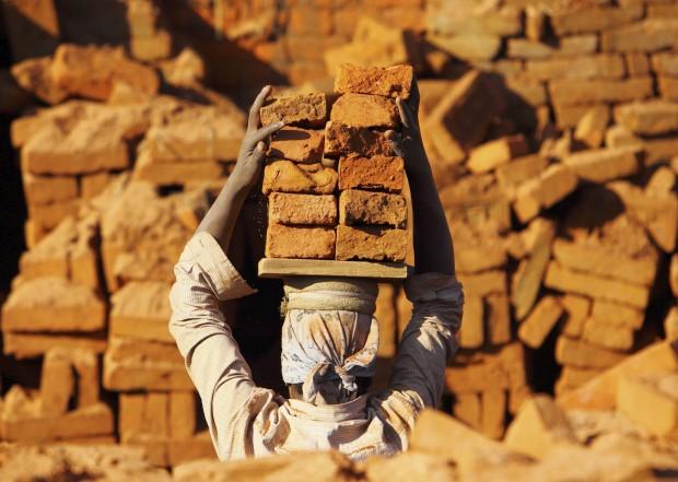 Carregar tijolos na cabeça, numa fábrica em Bhaktapur.