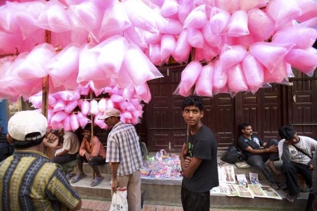 Um vendedor de algodão doce aguarda os clients durante o festival Krishna Janmashtami (celebra o nascimento de Krishna), em Lalitpur, perto de Katmandu. Agosto, 2011.