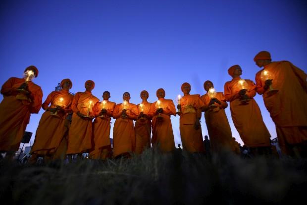 Monges nepaleses e as suas velas durante o evento Juntos pela Paz Mundial, organizado pela Associação Interrnacional Dhammadayada, em Katmandu. Novembro, 2011.
