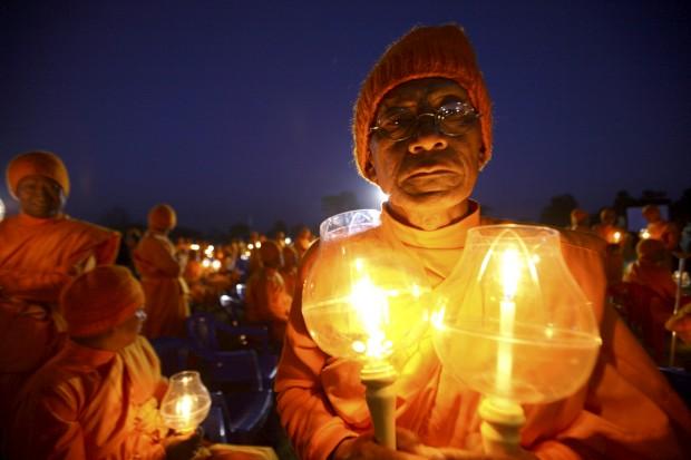 Um monge nepalês segura uma vela durante o evento Juntos pela Paz Mundial, organizado pela Associação Interrnacional Dhammadayada, em Katmandu. Novembro, 2011.