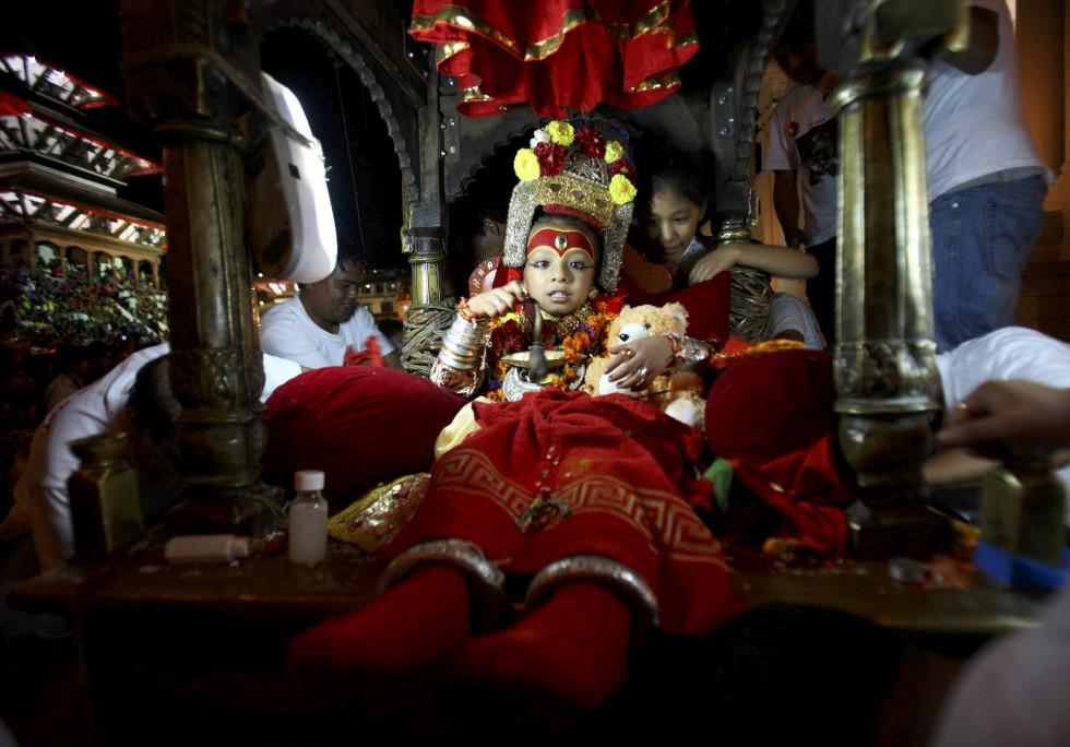 Um deus vivo: Sambeg Shakya, de seis anos, é transportado durante  o festival Indra Jatra, em Katmandu. Shakya foi declarado, no ano passado, Ganesh, deus da prosperidade.