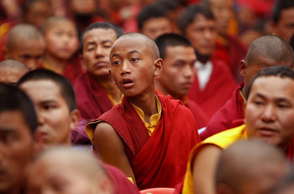 Um jovem monge numa cerimónia mundial em Katmandu pela paz no mundo. Fevereiro, 2011.