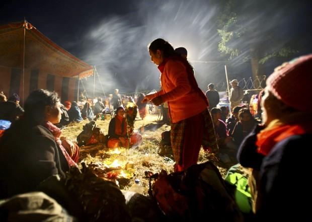 Uma devota presta homenagem aos falecidos no templo Pashupatinath durante o festival Bala Chaturdashi em Katmandu. Novembro, 2011.