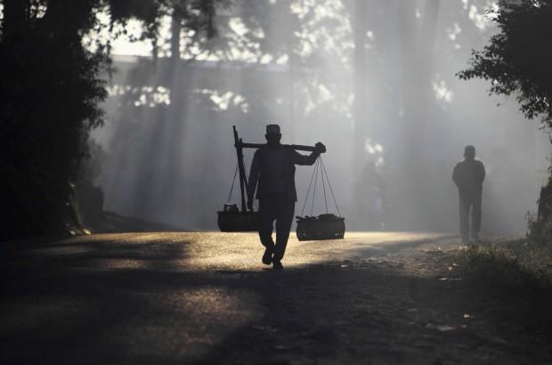 Um agricultor nepalês caminha para o seu campo ao amanhecer. Em Bhaktapur. Novembro, 2011.