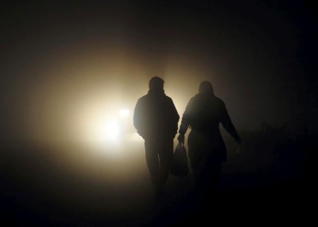 Um casal caminha por uma rua numa manhã de nevoeiro em Taudaha, em Katmandu. Novembro, 2011.