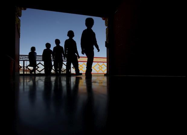 Jovens estudantes entram no mosteiro Thrangu Tashi Yangtse durante uma visita de estudo em Kavre, perto de Katmandu. Novembro, 2011.