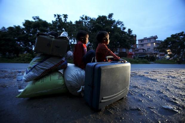 Sentados sobre a sua bagagem enquanto aguardam pelo início da viagem. Em  Lalitpur. Agosto, 2011.