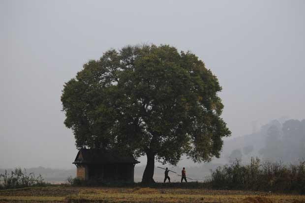 Na madrugada, agricultores a caminho dos campos (aldeia de Khokana, Lalitpur).