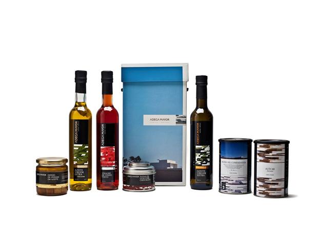 Pack com azeites, vinagre de vinho tinto, passas com chocolate, queijo de ovelha em azeite, blend do comendador eaçúcar|Adega Mayor|€25,88