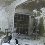 Espectáculo em Miranda do Douro, 1976. A festa em que o Circo envolve as crianças e os adultos das populações mais envelhecidas é uma memória que não me deixa duvidar de que o circo é a mais universal, a mais inclusiva das artes do espectáculo. Com o apoio do Museu de Miranda do Douro, ocupámos velhos celeiros que transformámos em espaços de cultura. O museu (até então desactivado) era dirigido pelo arquitecto Pedro Vieira de Almeida com o apoio da artista plástica Luísa Correia Pereira e cobertura fotográfica de Nuno Calvet.
