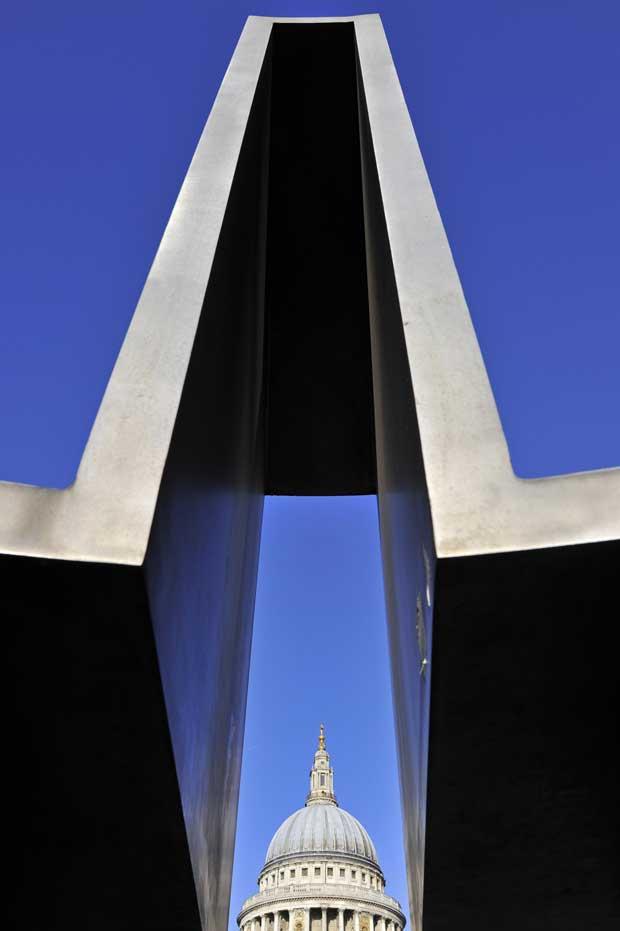 Reino Unido, 12.12.2011 | A Catedral de São Paulo vista através de uma escultura metálica em Londres.