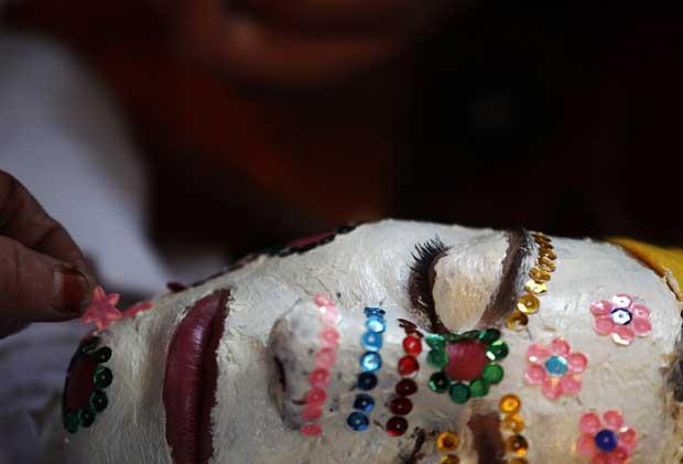Bulgária, 11.12.2011 | Fatme Kichukova, noiva búlgara muçulmana, durante a sessão de maquilhagem para a cerimónia do casamento, na aldeia de Ribnovo.