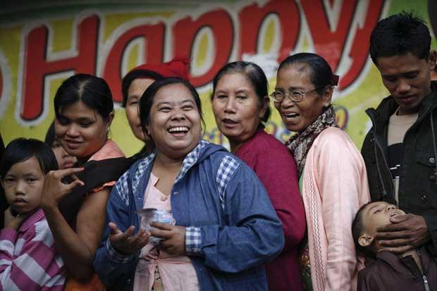 Birmânia/Myanmar, 3.12.2011 | Uma gargalhada colectiva birmanesa para espantar os maus espíritos: aguardam numa fila para verem uma relíquia do budismo, um dente sagrado de Buda, num templo de Yangon.